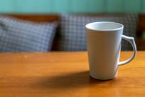 桌子上一个水杯