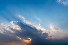 夕阳下的火烧云