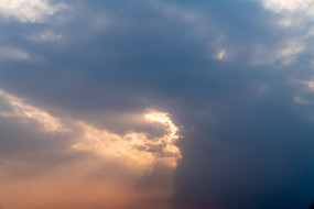 夕阳下的云层光线
