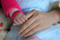 相握的母子之手