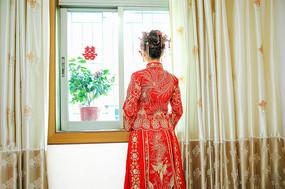 窗前站立的新娘背影
