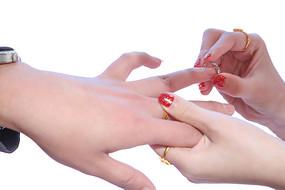 戴戒指的手