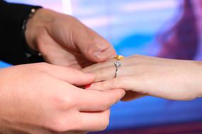 握住新娘的手