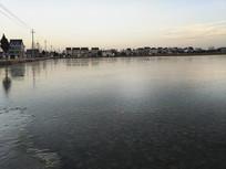 村庄结冰湖面