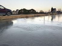 田野汽车清晨冰面