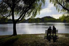 河边双人观景