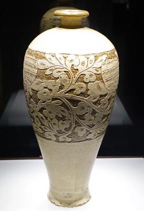 白釉剔粉牡丹纹梅瓶
