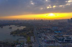 朝阳逆光下大明湖路景色