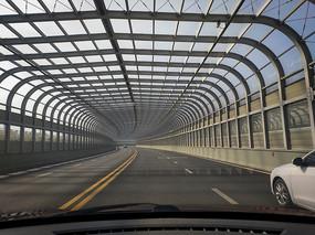 穿越越江隧道