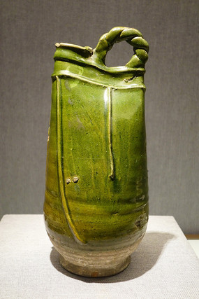 绿釉贴皮条装饰绳梁鸡冠壶