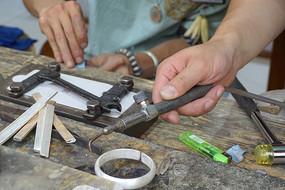成都文殊坊传统工匠制作镯子