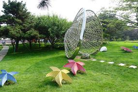 公园草坪海星、贝壳抽象雕塑