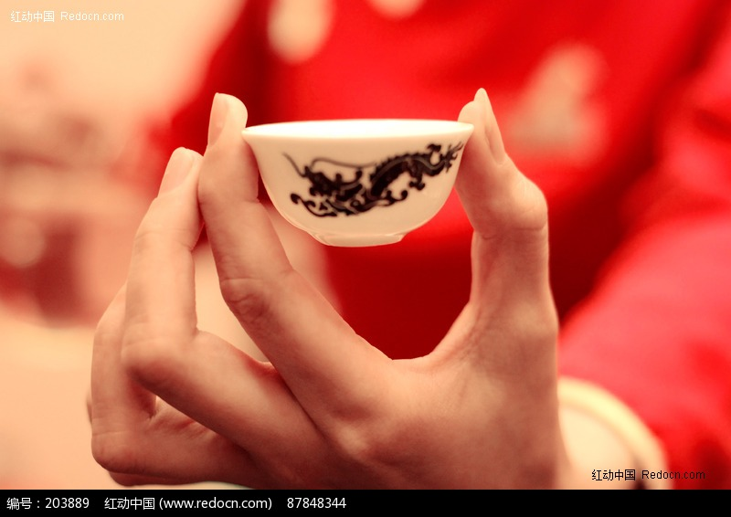 手拿茶杯图片