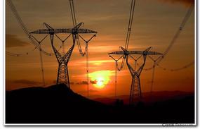晨光中的高压电网