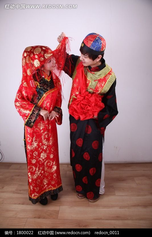 新郎掀起新娘红盖头图片