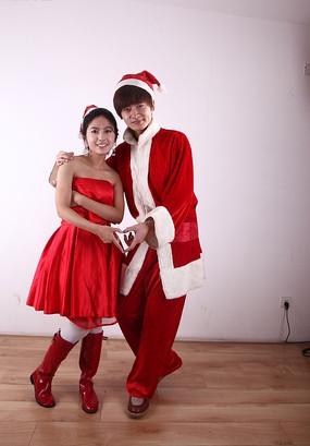 做心形姿势的圣诞节情侣模特