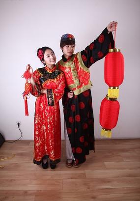 拿中国结 打灯笼的传统节日喜庆人物