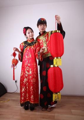 打灯笼 拿中国结 欢喜古装男女模特