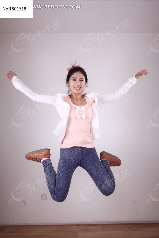 跳跃美女图片