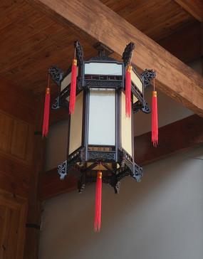 挂在梁柱上的白色古典灯笼