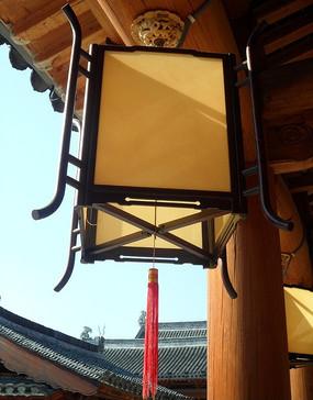 挂在梁柱上的黄色灯笼