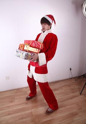 看着手上礼盒的圣诞装男人