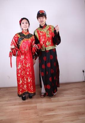新年吉祥人物图片 手牵红辣椒的古装新郎新娘
