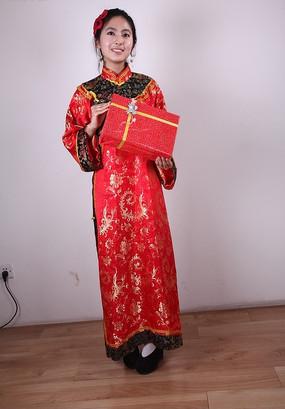 手拿礼品盒的春节促销美女模特