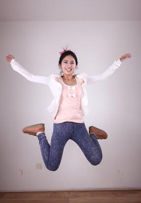 四肢张开跳跃的美女