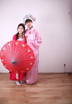 拿着伞造型的古装情侣