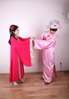 穿古装拍婚纱照的情侣