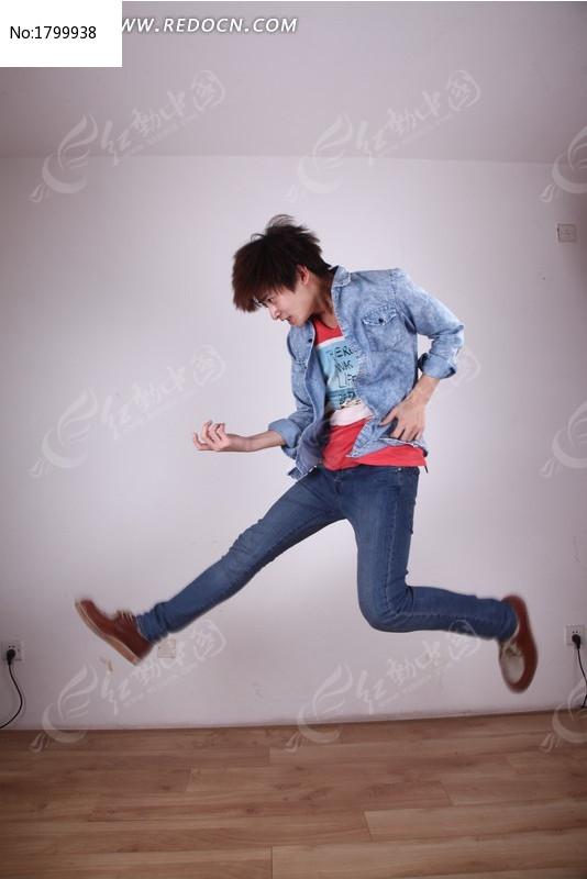 奔跑跳跃的男孩图片