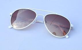 白色镜框儿童太阳镜