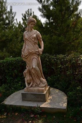 低头的欧洲女人的雕塑