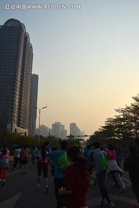 2013广州马拉松的跑步人群