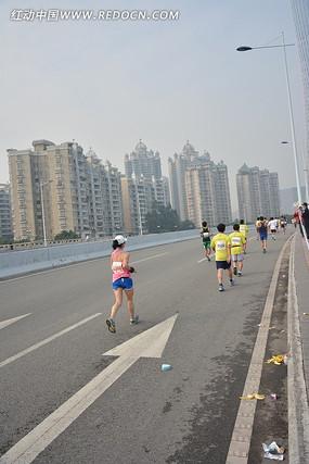 2013广州马拉松的路面跑者