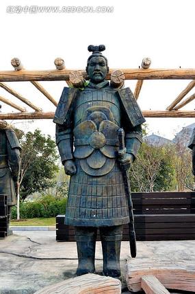 扛着木梯子的古代人物雕塑