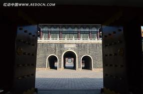 古代大门后的宣德门城门
