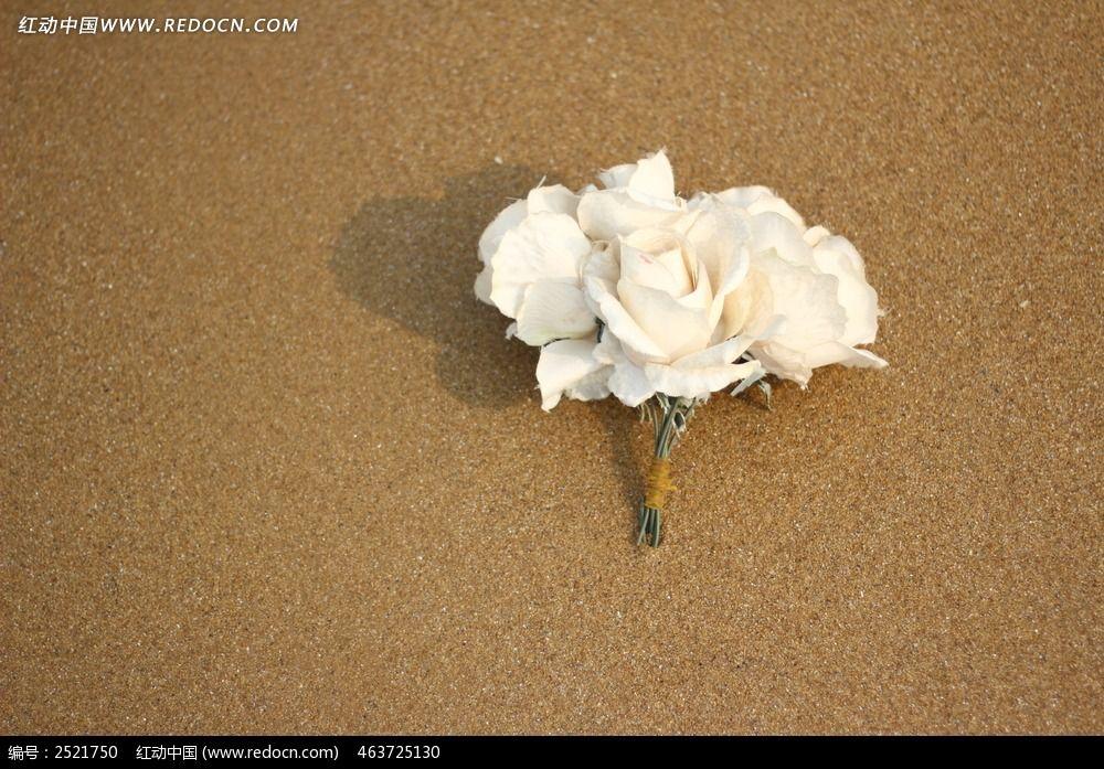沙滩上的手捧花图片