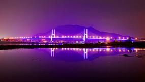 夜晚里海上的桥