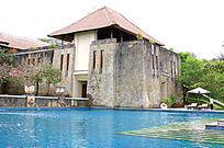 现代与传统游泳池