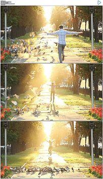 迎着阳光张开双臂奔跑跳跃实拍视频素材