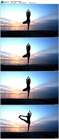 海边瑜伽女性姿势剪影视频