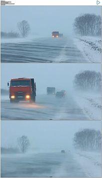 货车行驶在暴风雪的道路上实拍视频素材