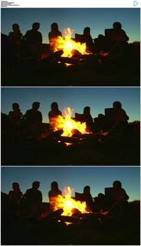 篝火夜间人物剪影派对夜景人群视频