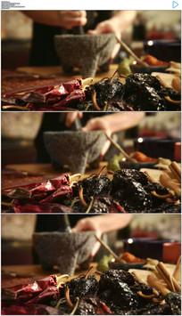 厨师用研钵杵碎调料实拍视频素材
