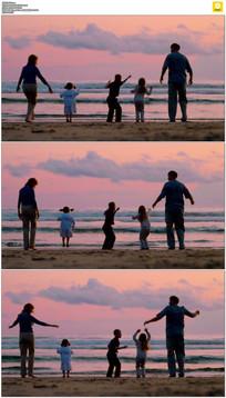 一家五口海滩跳跃实拍视频素材