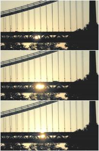 太阳升起清晨大桥车流穿行视频