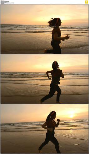 海滩上奔跑剪影实拍视频素材