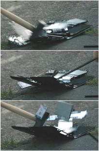 用锤子砸烂打碎笔记本电脑视频